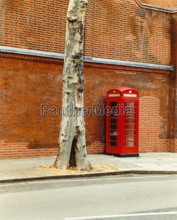 traditionelle rote telefonzelle auf der strasse