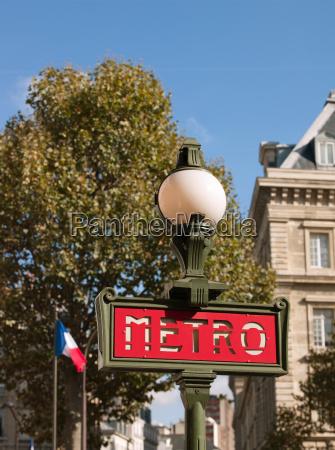 traditionelles u bahn schild paris frankreich