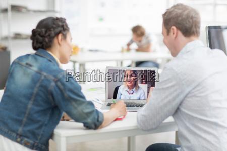 kollegen mit laptop beim treffen am