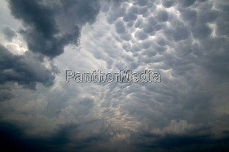 mammatus clouds form in the anvil