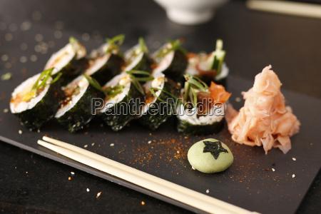 nigiri z wedzonym lososiem sushi kuchnia