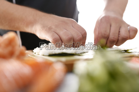 sushi master przyrzadza futomaki