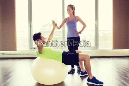 laecheln mann und frau mit UEbungsball
