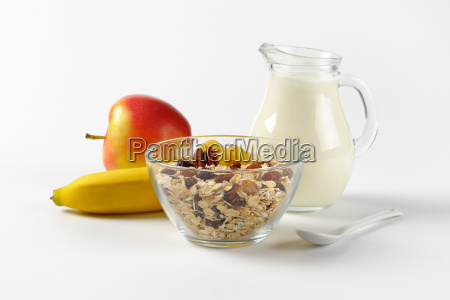 oat flakes milk and fruit