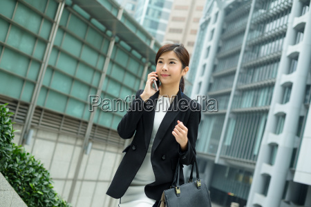 asian, business, woman, chat, on, mobile - 20116179