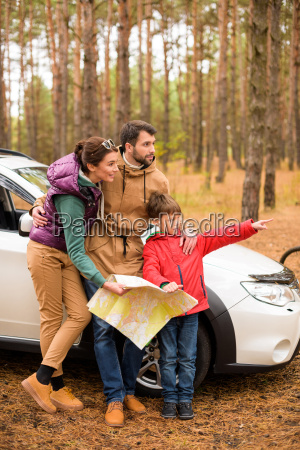 family, with, map, near, car, in - 20116433