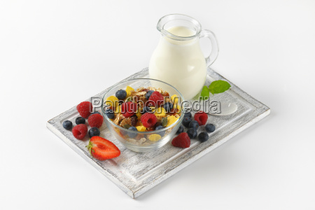 breakfast cereals with berry fruit and