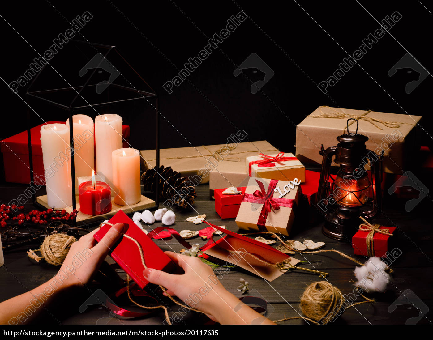female, hands, packing, gift - 20117635