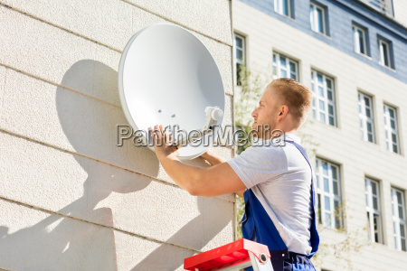 man, fitting, tv, satellite, dish - 20117861
