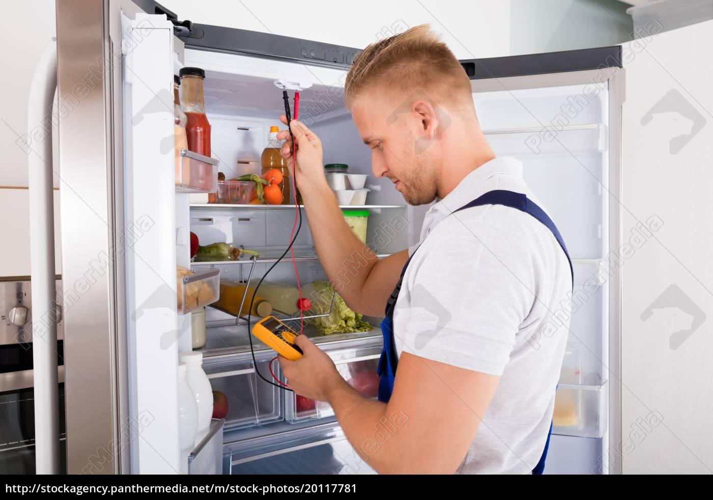repairman, checking, refrigerator - 20117781