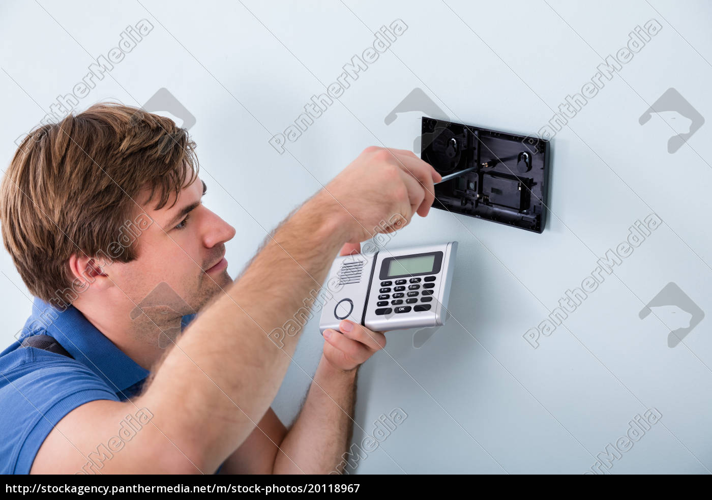 technician, installing, security, system, using, screwdriver - 20118967