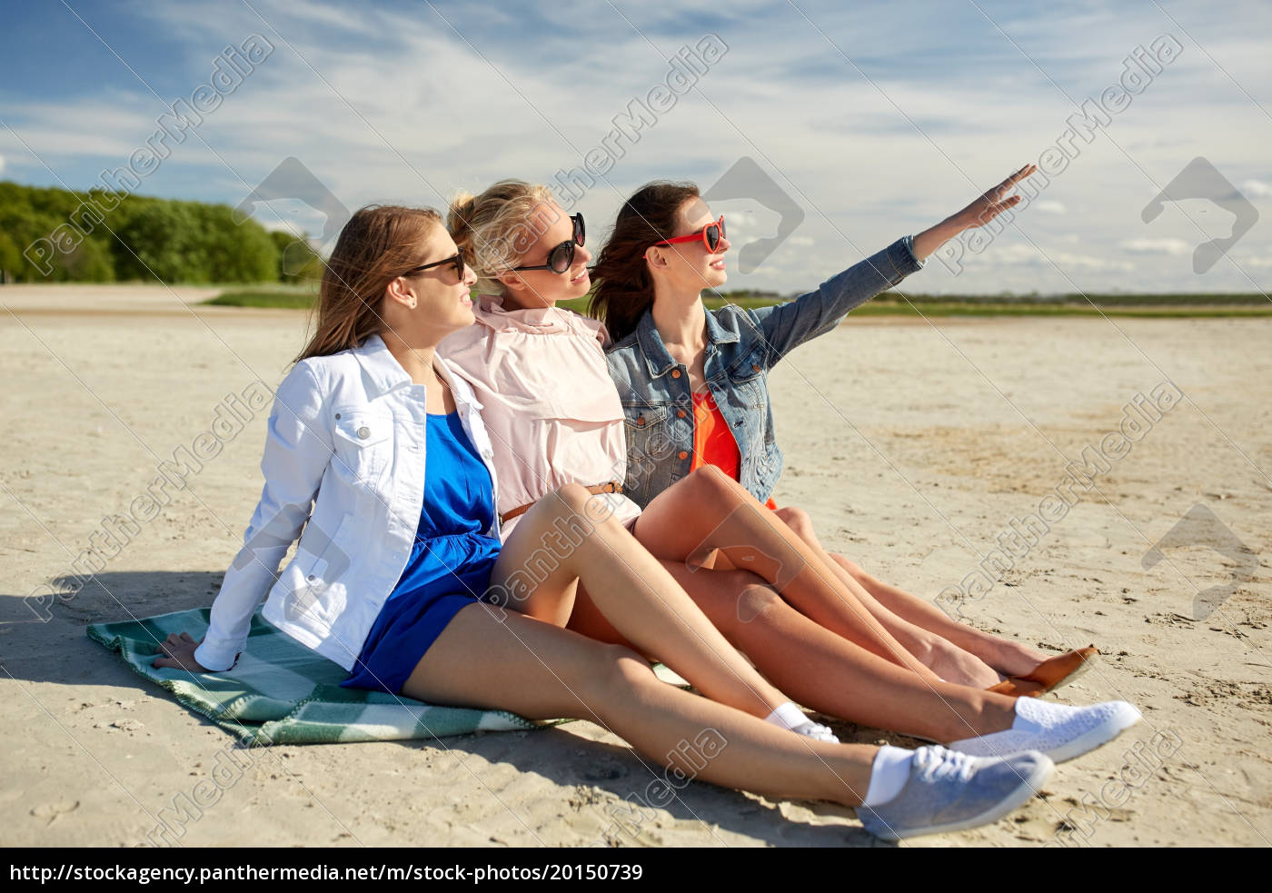 group, of, smiling, women, in, sunglasses - 20150739