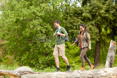 happy, couple, with, backpacks, hiking, outdoors - 20153907