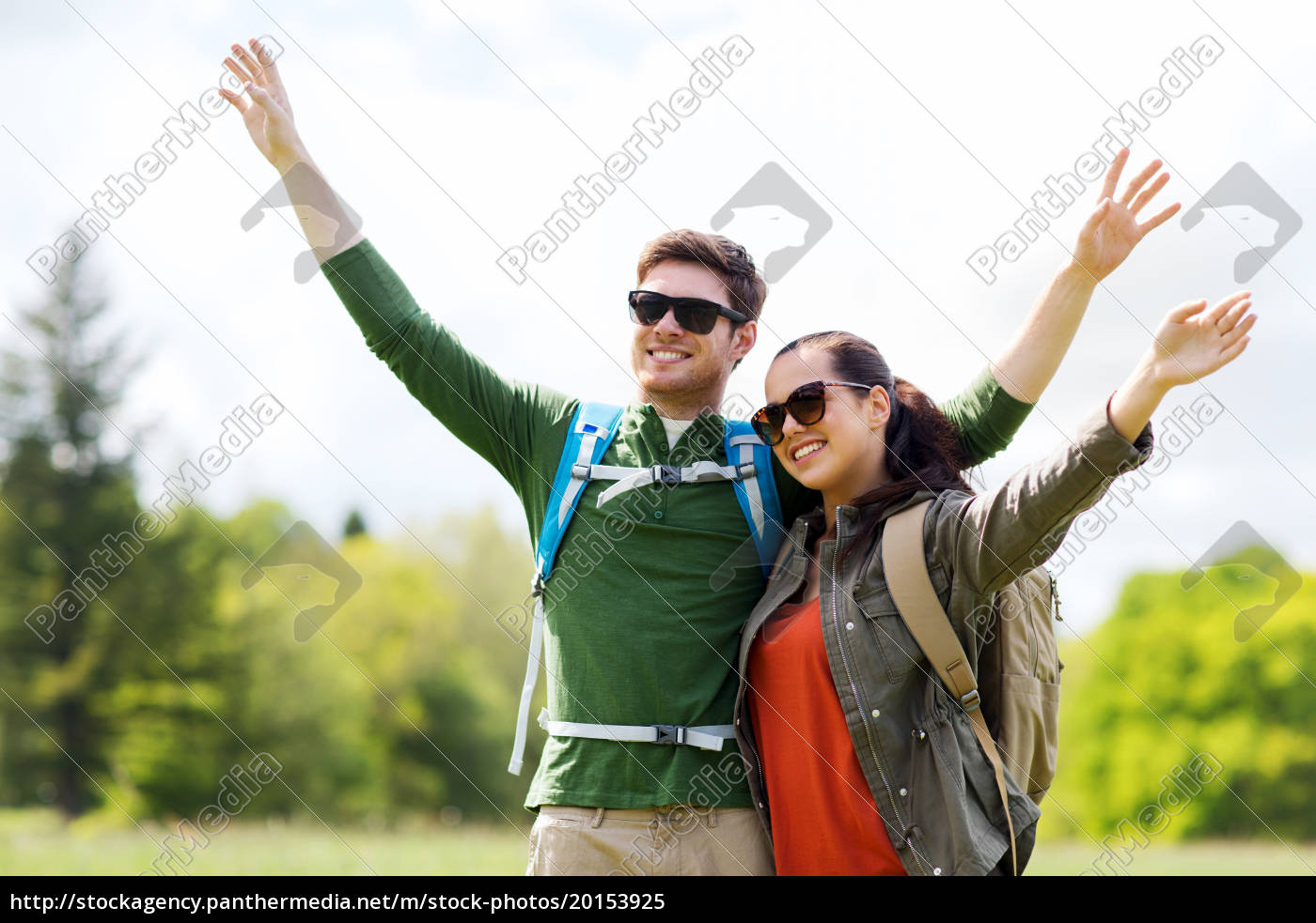 happy, couple, with, backpacks, hiking, outdoors - 20153925