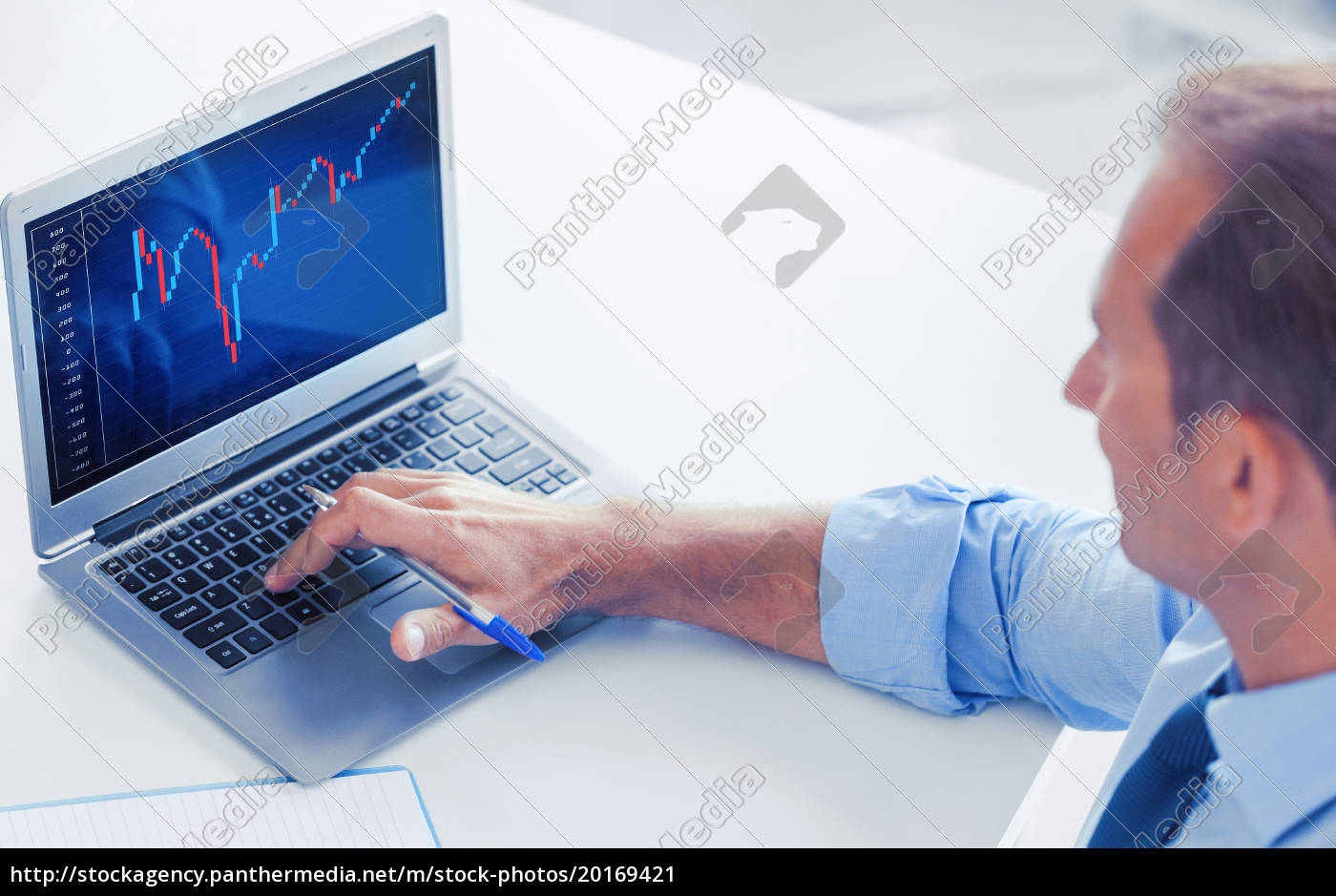 businessman, working, with, forex, chart, in - 20169421