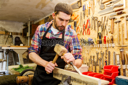 carpenter, with, wood, , hammer, and, chisel - 20171599