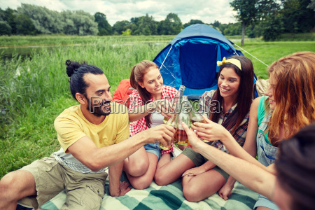 happy, friends, with, tent, and, drinks - 20171223