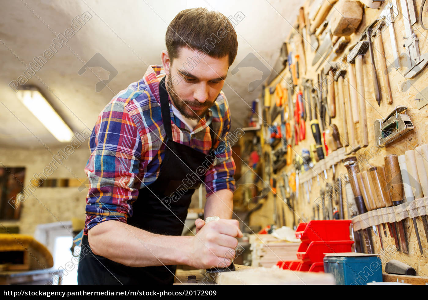 carpenter, working, with, plane, and, wood - 20172909