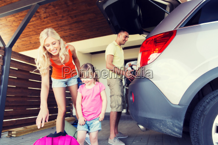 happy, family, packing, things, to, car - 20173187