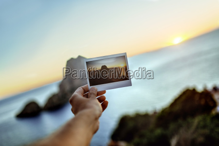 hand holding image of es vedra