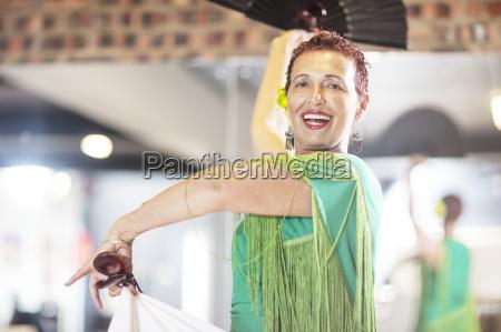 laechelnder weiblicher aelterer lateinischer taenzer