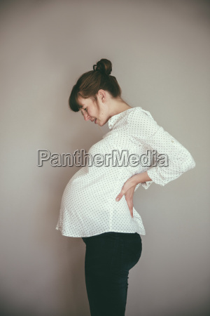 expectant mother feeling contractions