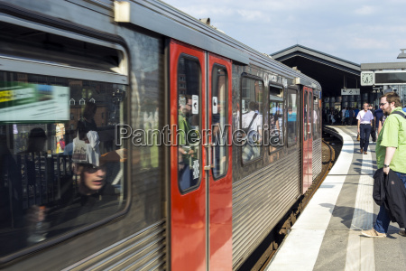 people enter the train at baumwall