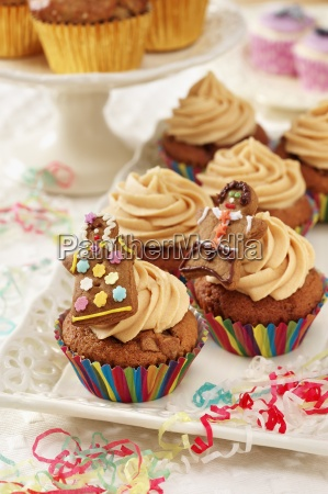 toffee cupcakes with gingerbread figures in