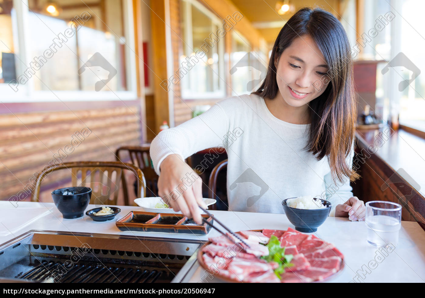 woman, grilled, sliced, of, beef, in - 20506947
