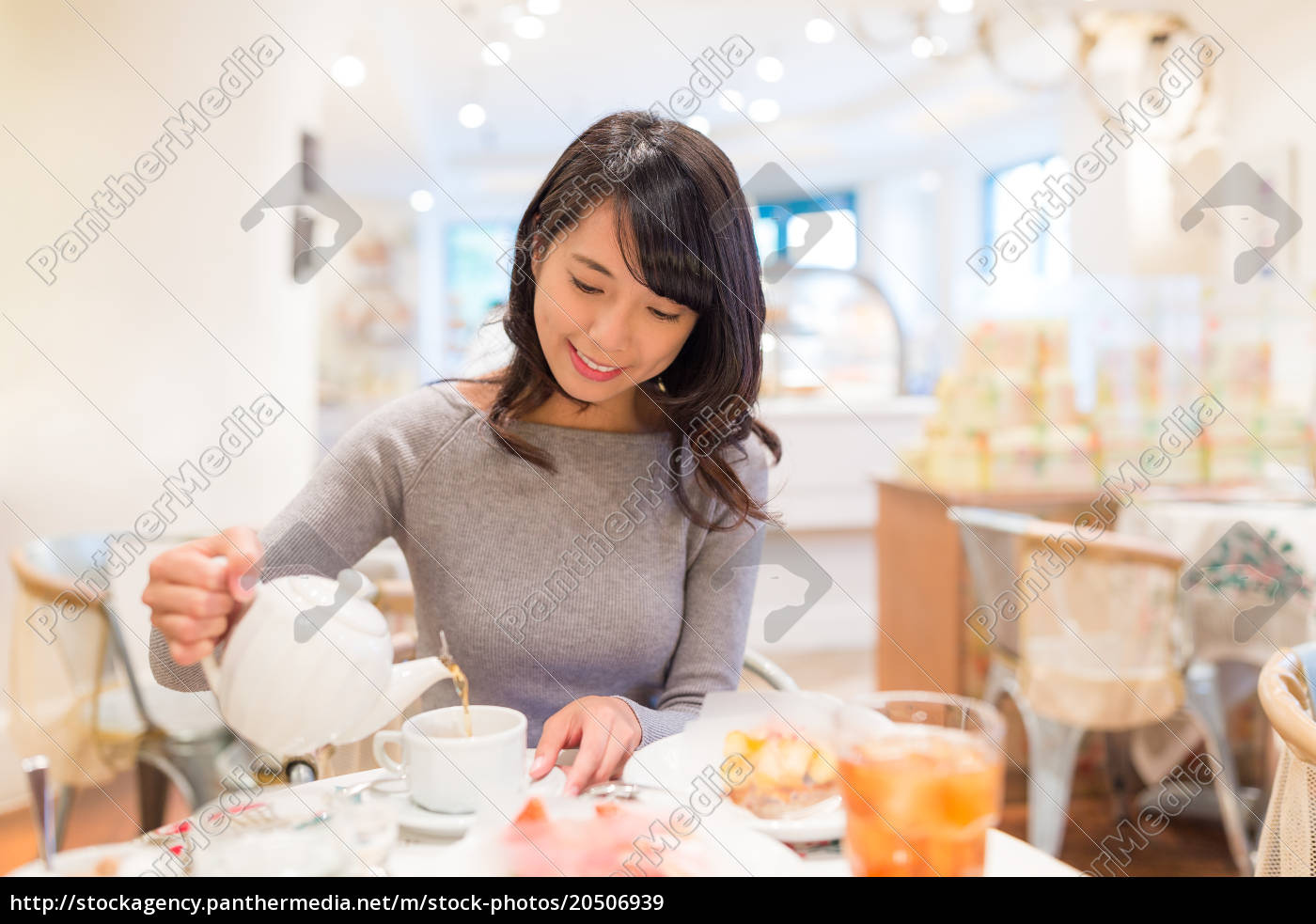 woman, having, tea, at, cafe - 20506939