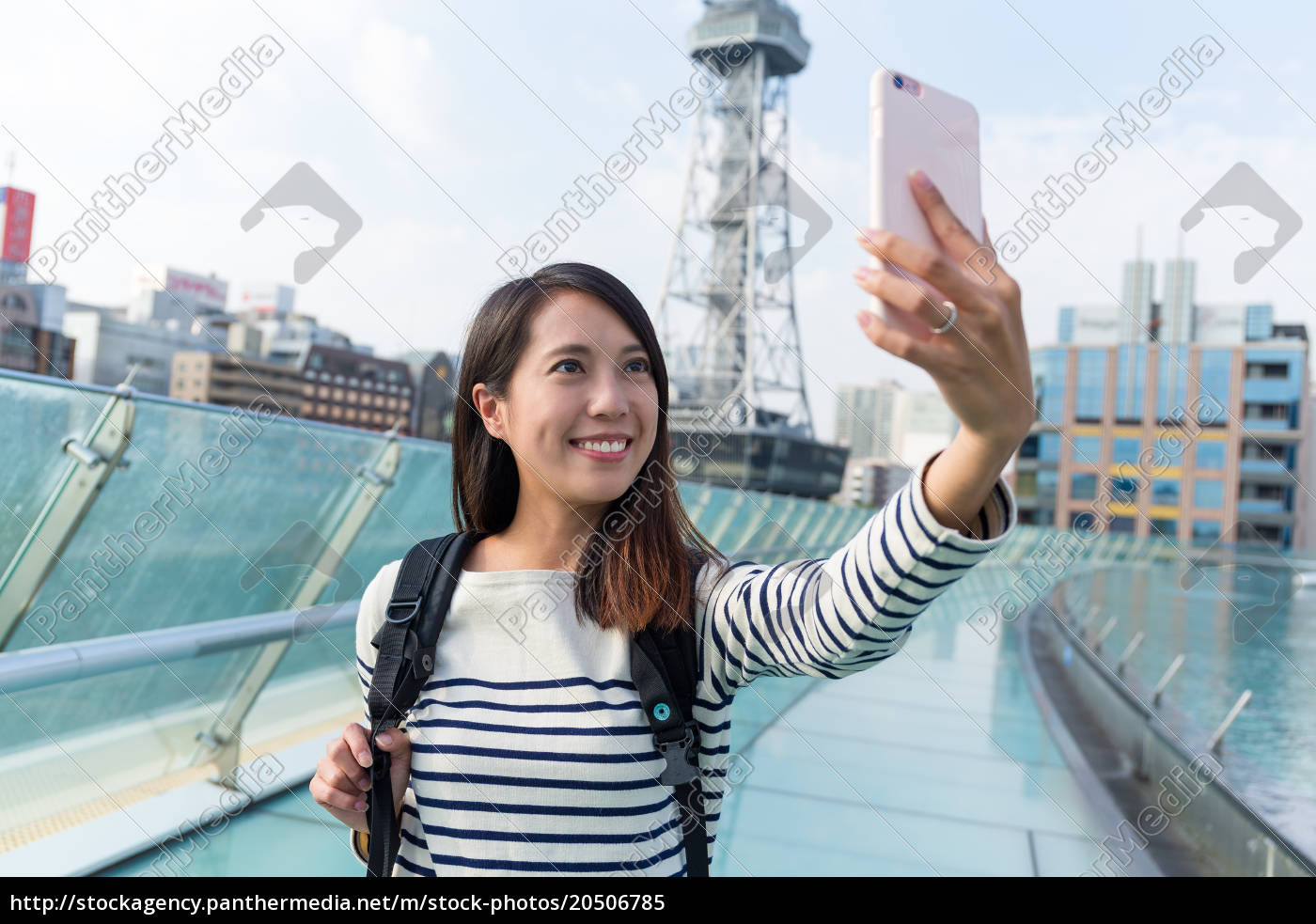 woman, take, photo, with, mobile, phone - 20506785