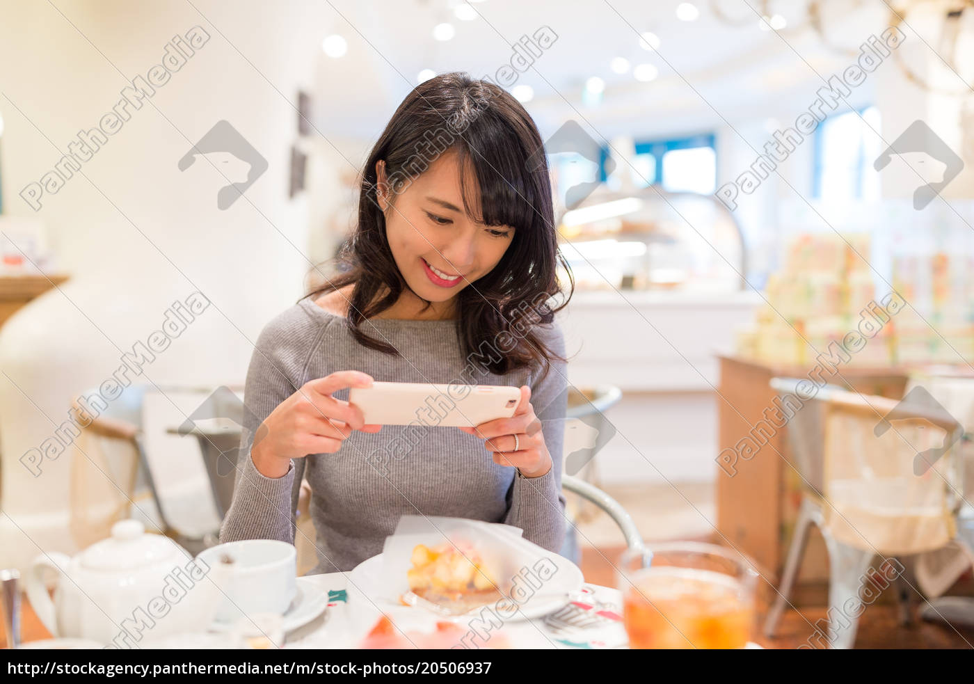 woman, taking, photo, on, her, slice - 20506937