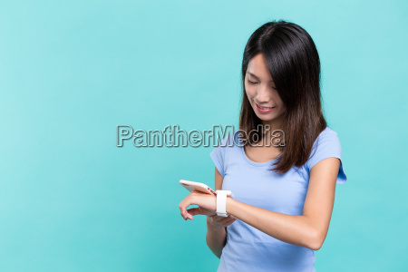 woman, use, of, smart, watch, connect - 20506685