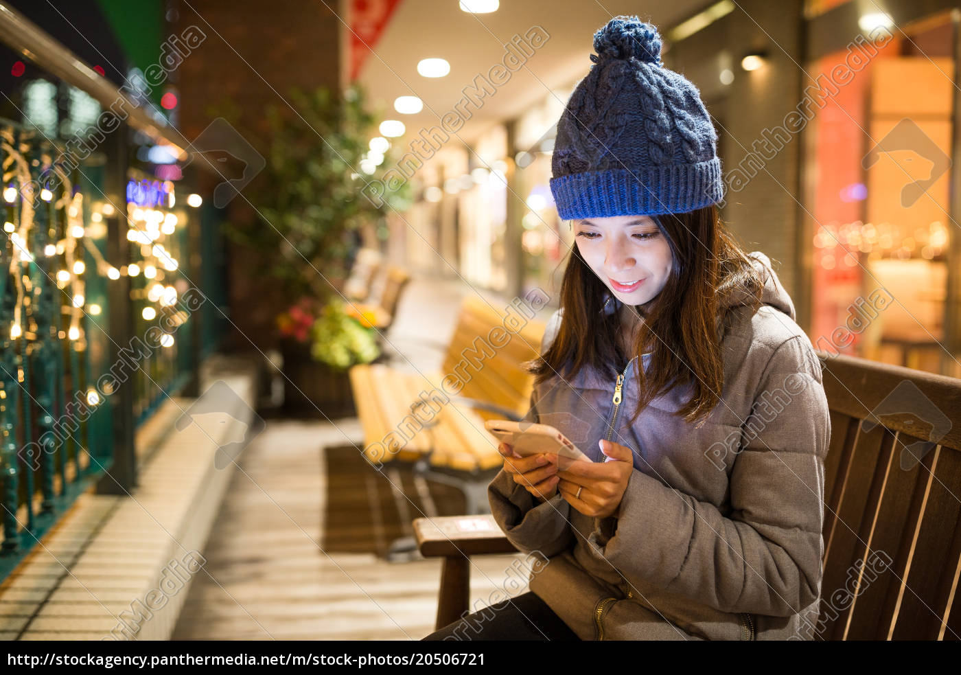 woman, using, cellphone, at, night - 20506721