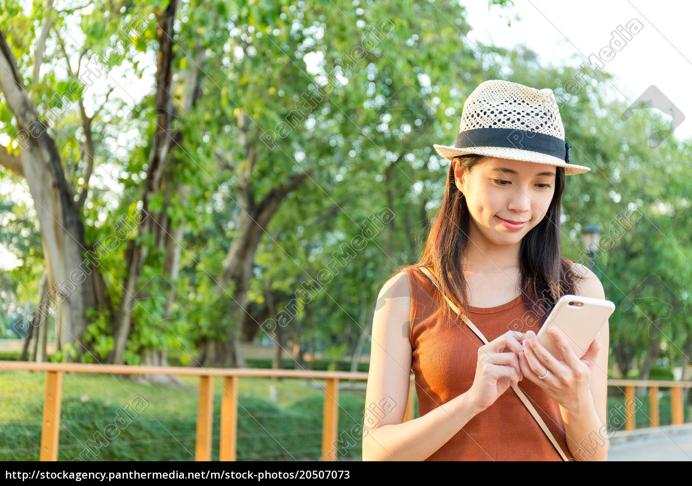 woman, using, mobile, phone, in, city - 20507073