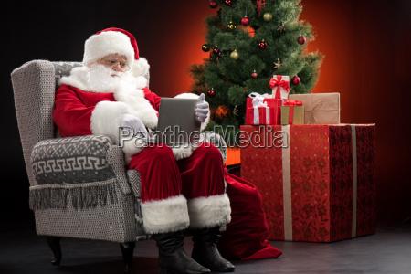 santa, claus, using, laptop - 20508369