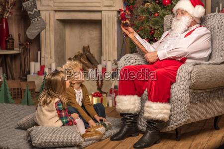 santa, claus, with, children, reading, wishlist - 20510535