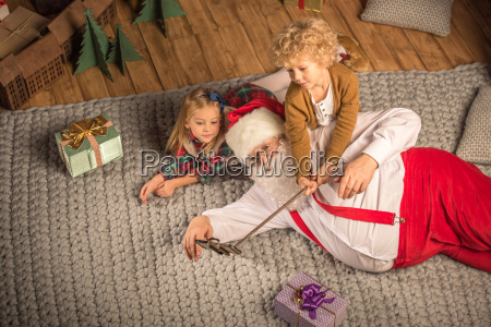 santa, claus, with, children, taking, selfie - 20510773