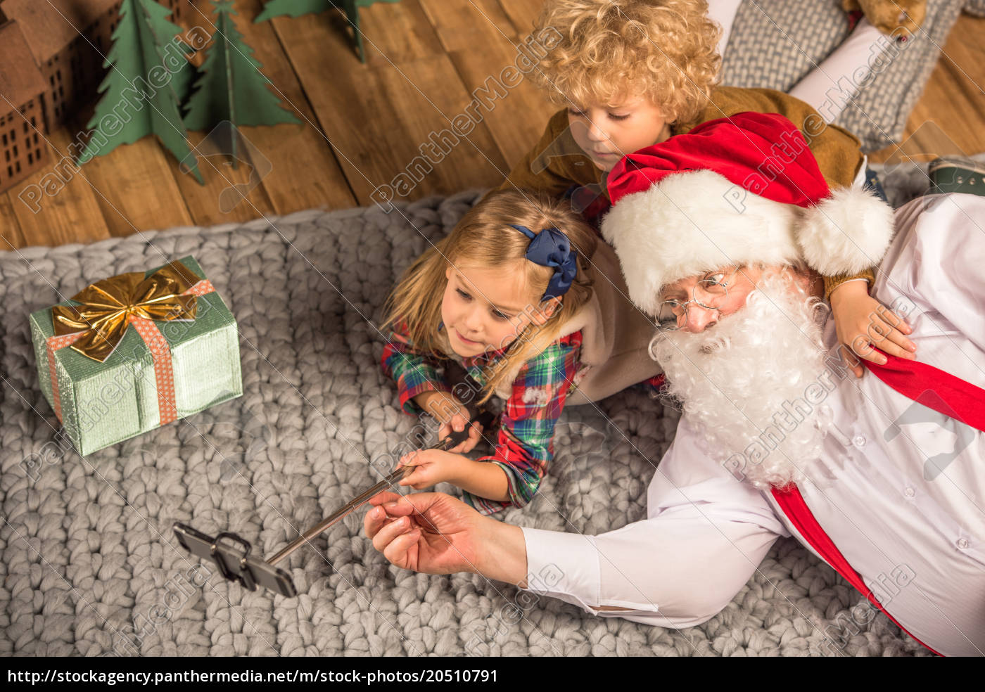 santa, claus, with, children, talking, selfie - 20510791