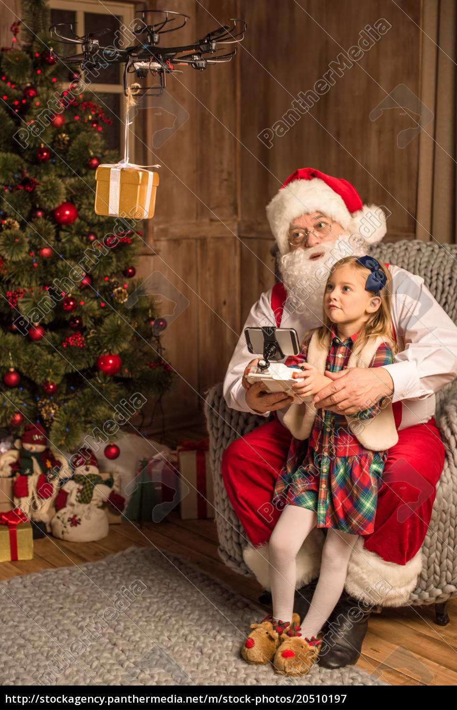 santa, with, kid, using, hexacopter, drone - 20510197