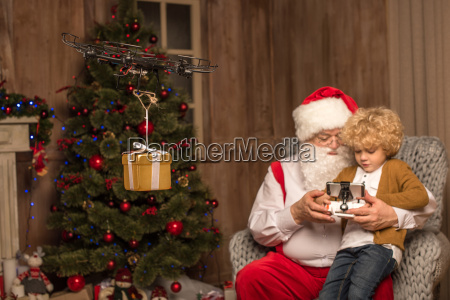 santa, with, kid, using, hexacopter, drone - 20510233