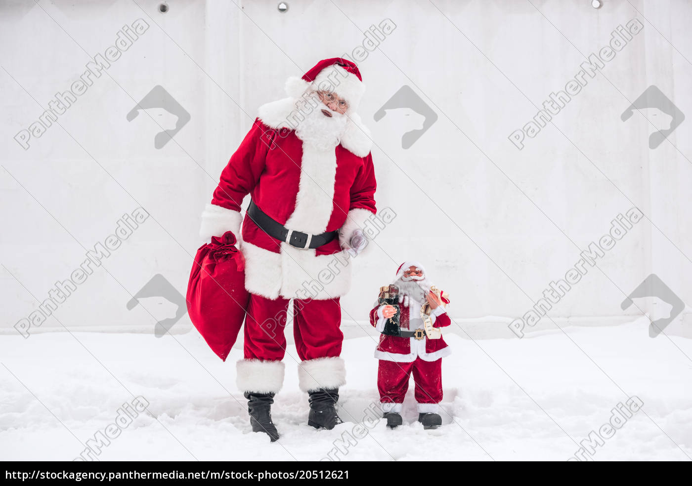 santa, claus, standing, with, little, santa - 20512621