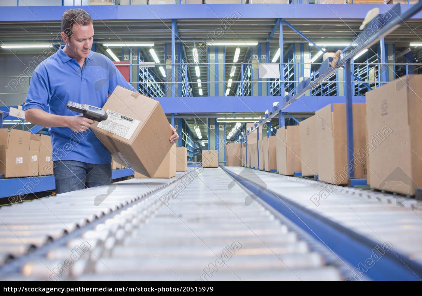 worker, using, scanner, in, warehouse, despatch - 20515979