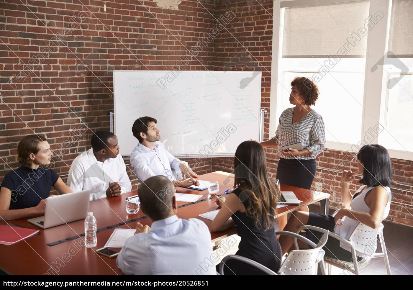 mature, businesswoman, addressing, boardroom, meeting - 20526851