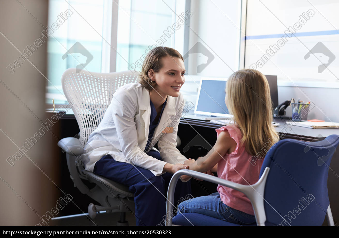 pediatrician, talking, to, child, in, hospital - 20530323
