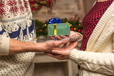couple, holding, christmas, present - 20547577