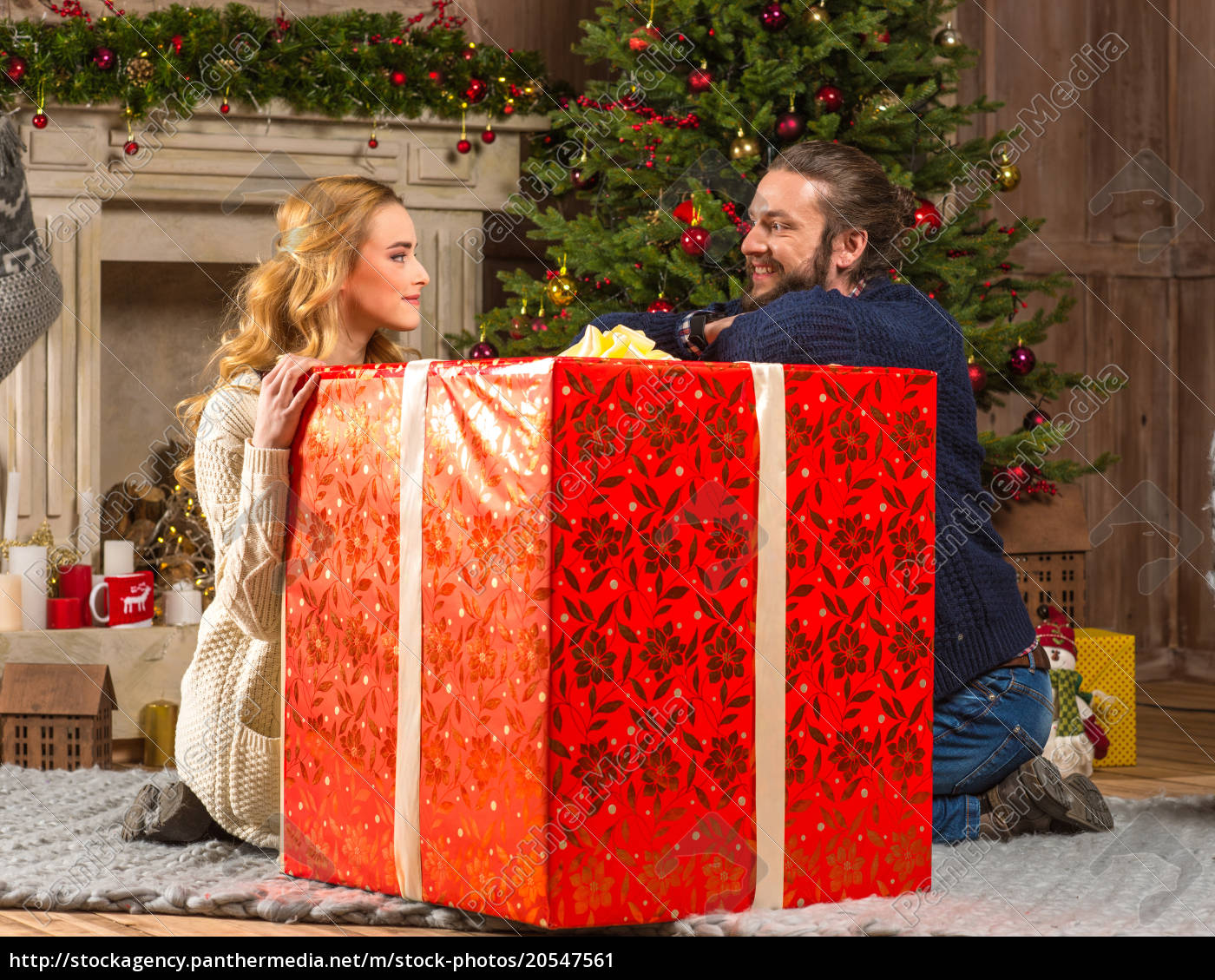 happy, couple, with, gift, box - 20547561