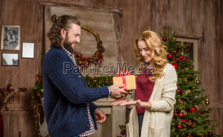 man, presenting, gift, box, to, woman - 20547341