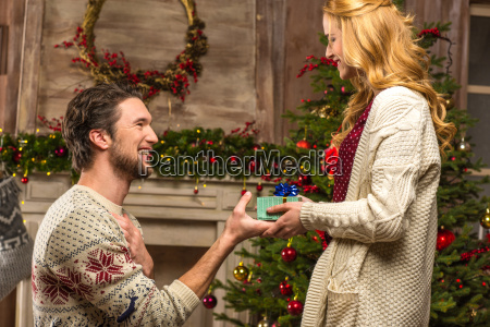man, presenting, gift, box, to, woman - 20547587