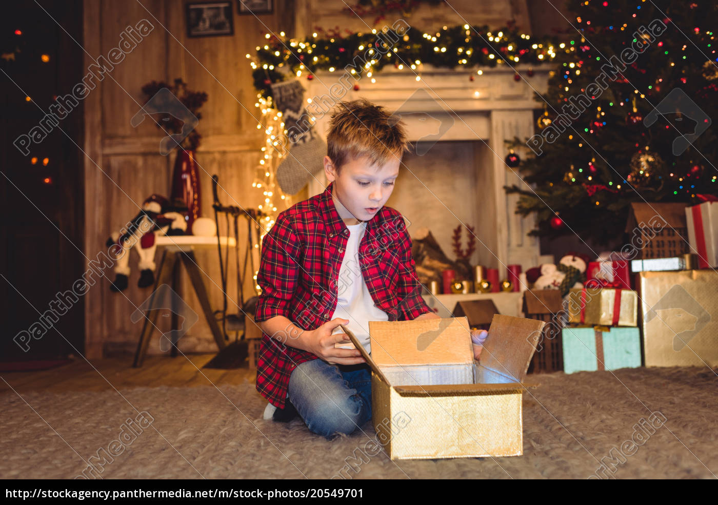 boy, opening, christmas, present - 20549701